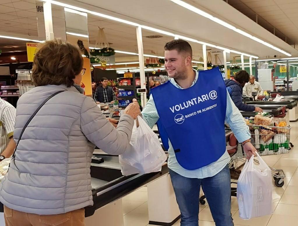 Uno de los voluntarios de nuestra Hermandad recibe una donación