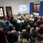 Aspecto del salón parroquial durante la charla 'Los caminos de la Virgen'